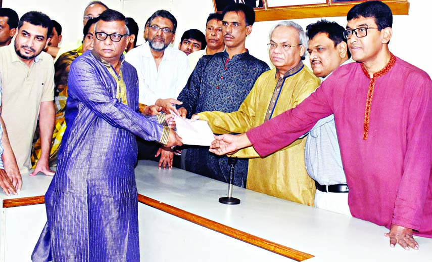 Incumbent Mayor of Sylhet City Corporation (SCC) Ariful Haque Chowdhury taking nomination paper from BNP leader Ruhul Kabir Rizvee for SCC election at the party central office in the city's Nayapalton on Wednesday.