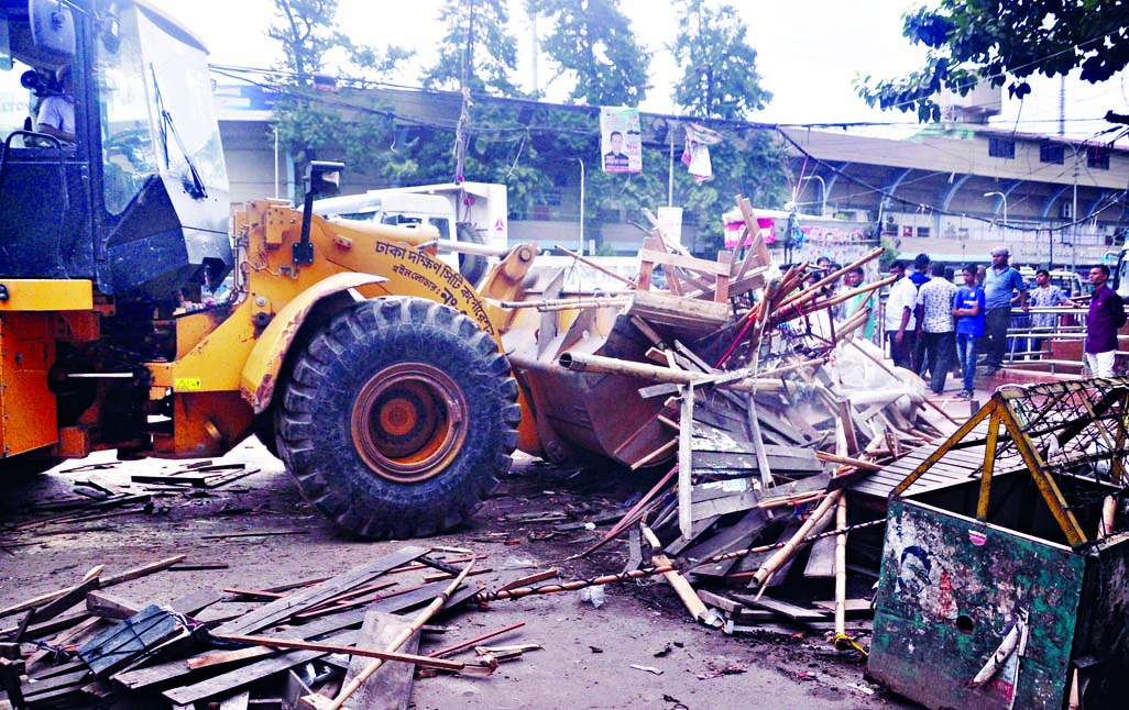 Dhaka South City Corporation (DSCC) authorities evicted illegal establishments from Gulistan area on Thursday.