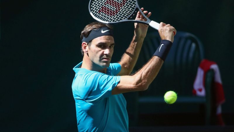 Federer edges Paire to advance in Halle