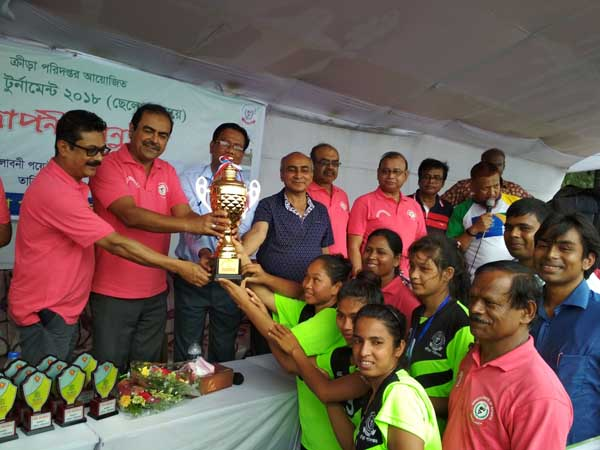 Members of Chattogram Divisional Women's Football team receiving the champions trophy of the Beach Football Tournament from Md Asadul Islam, Secretary of the Ministry of Youth and Sports, at the Laboni Point in Cox's Bazar Sea Beach on Saturday.