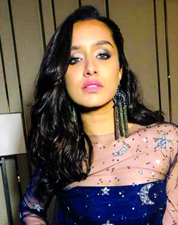 Shraddha Kapoor holds the universe literally at IIFA