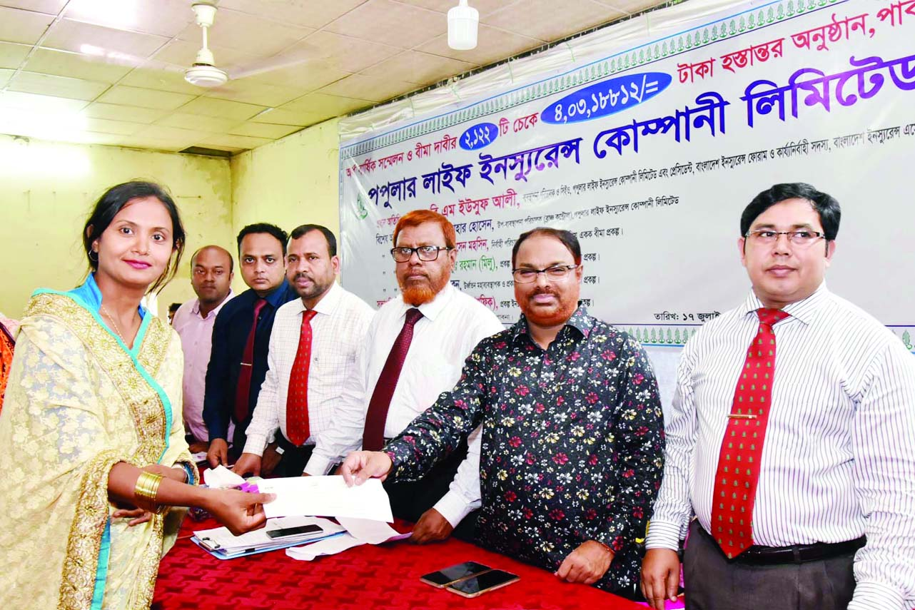 PABNA: BM Yousuf Ali,  President , Bangladesh Insurance Forum  and CEO, Popular Life insurance Company Ltd distributing claim money among the clients at a conference at Pabna Radanagar  Mojumder Academy recently.