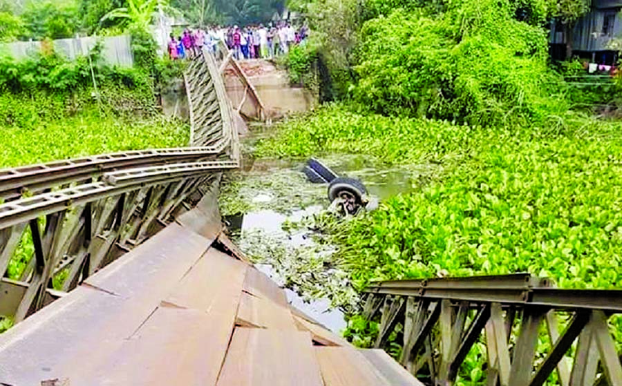 Traffic movement on Baligaon-Louhajang-Mawa-Dhaka road was disrupted following the collapse of bailey bridge at South Haldia area with a heavy cement laden lorry on Thursday.