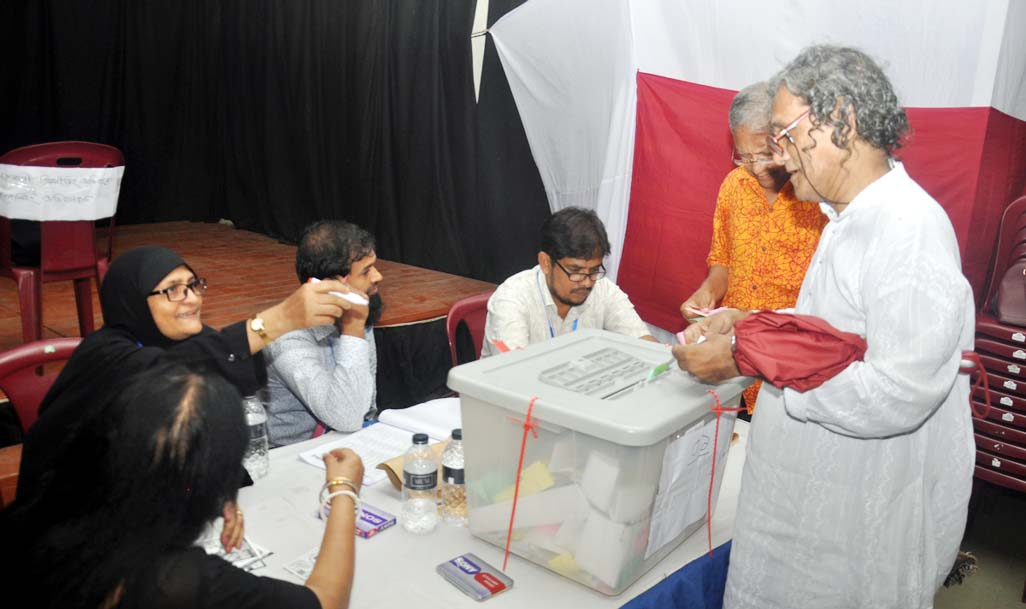Voters casting votes of Executive Committee of Chattogram Shilpokala Academy election was held yesterday.