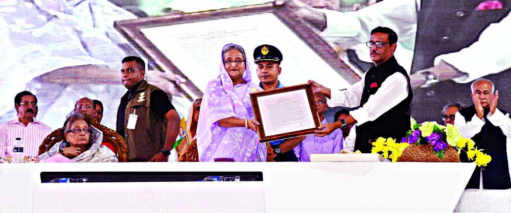 Prime Minister Sheikh Hasina receiving letter of honour from Awami League (AL) General Secretary and also Road, Transport and Bridges Minister Obaidul Quader at a reception accorded to her organised by AL at Suhrawardy Udyan in the city on Saturday.