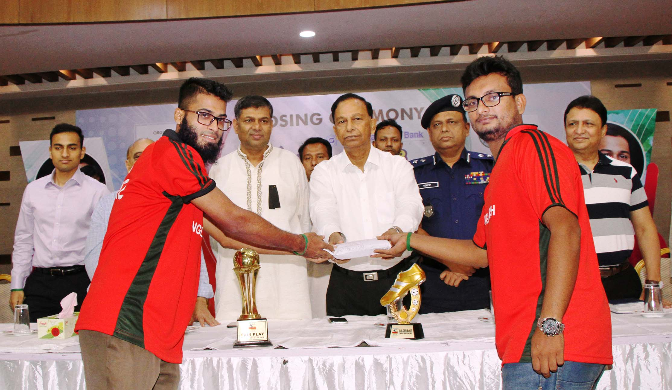 Secretary of Youth and Sports Affairs of Bangladesh Awami League Harun-ur-Rashid handing over a cash of Taka two lakh to the members of Fareast University Football team, the champions of the Shahjalal Islami Bank Faraaz Gold Cup Inter-University Football Tournament, at the Officers Club in the city on Saturday.