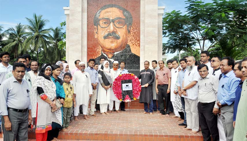 Teachers and students of Chattogram Veterinary and Animal Science University (CVACU) placing wreaths at Bangabandhu's monument on the occasion of the National Mourning Day yesterday.