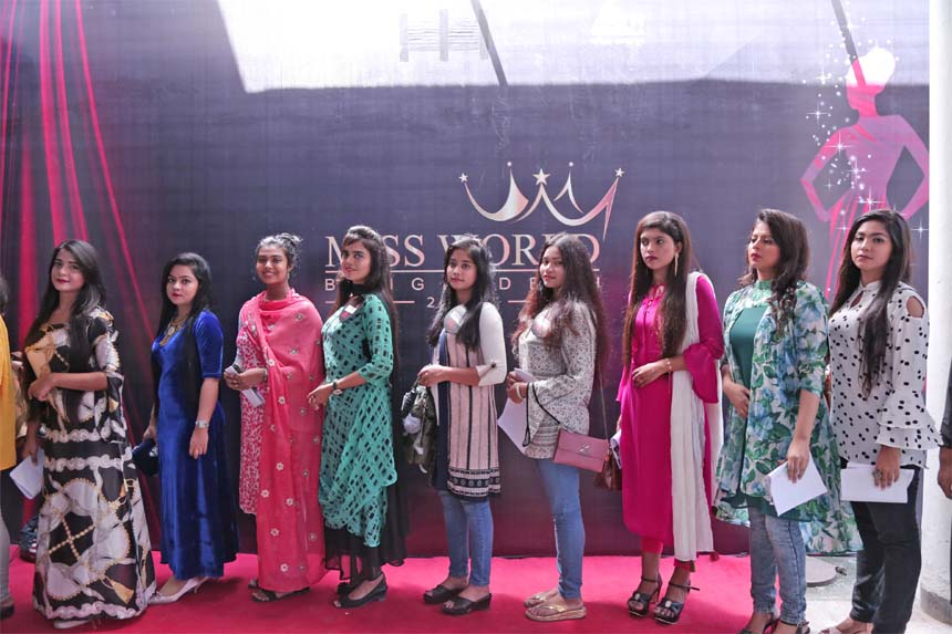 Miss World Bangladesh 2018 kicks off: Audition round of 'Miss World Bangladesh 2018' started at BFDC in the capital's Karwanbazar area on September 16. Popular singer Shuvro Dev, actress Tareen Jahan, model Emi, Sujon Khaled and Barrister Farabi are working as judges of this event, said organizer Antor Showbiz. Contestants are seen in the picture at BFDC yesterday.