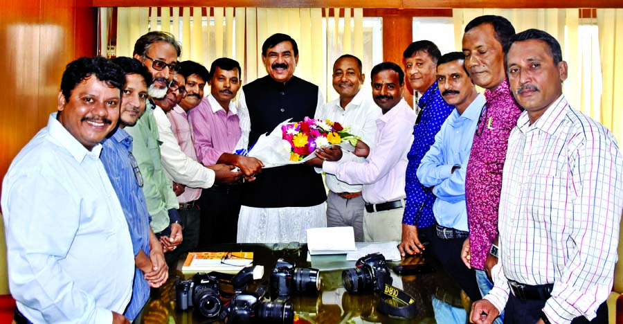 Newly elected executive members of Bangladesh Photo Journalists Association paid a courtesy call on Shipping Minister Shajahan Khan at his ministry on Thursday.
