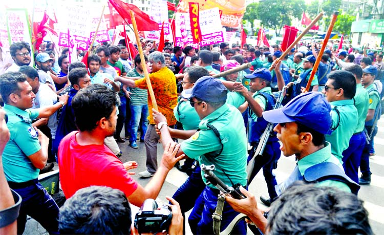Left leaning jote leaders and activists were beaten by the police in front of Sonargaon Hotel while they were trying to move to Election Commission Office at Agargaon on Thursday.