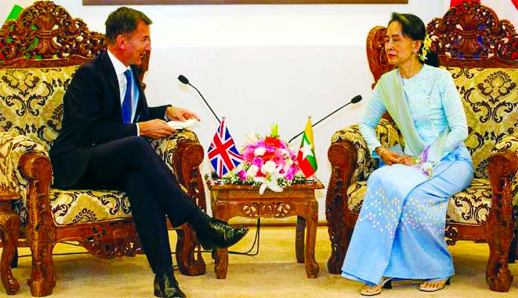 British FM sits with Suu Kyi