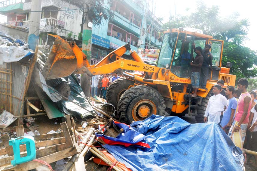 CCC mobile court evicting illegal  eatablishments from Sagorika area on Monday.