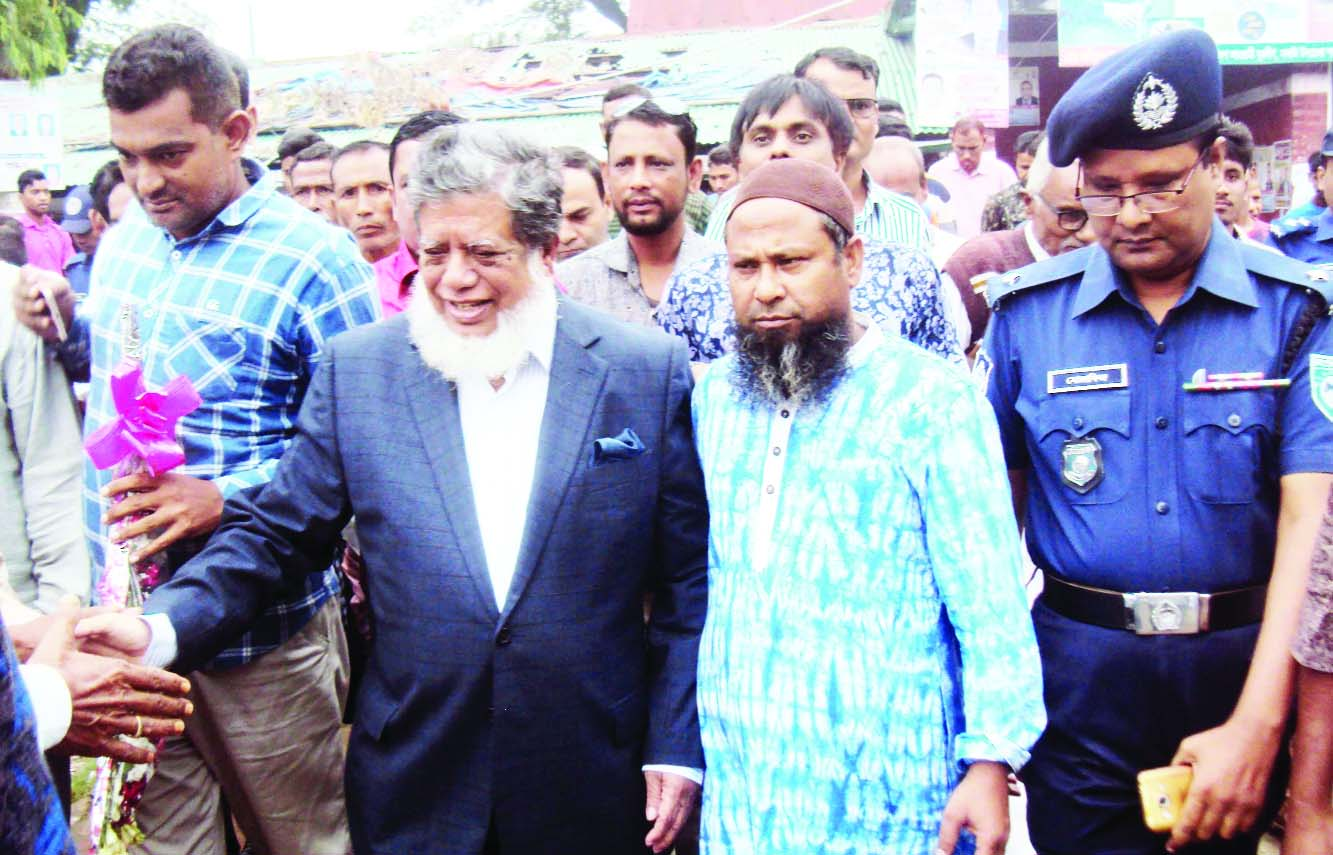 SAGHATA (Gaibandha):   Leaders of Saghata Awami League and its  front organisations  greeting  Deputy Speaker  of  Jatiya Sangsad  Adv Md Fazle Rabbi Miah  MP  at Bonarpara Station on Sunday.