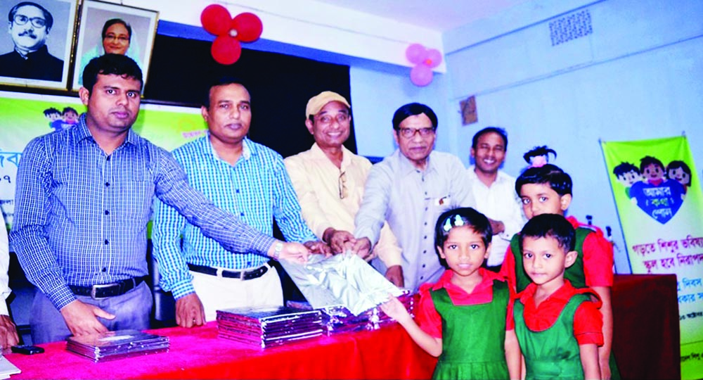 RANGPUR: Ruhul Amin Mian, Deputy Director (Local Government) distributing prizes among the winners of cultural competition as Chief Guest on Saturday.