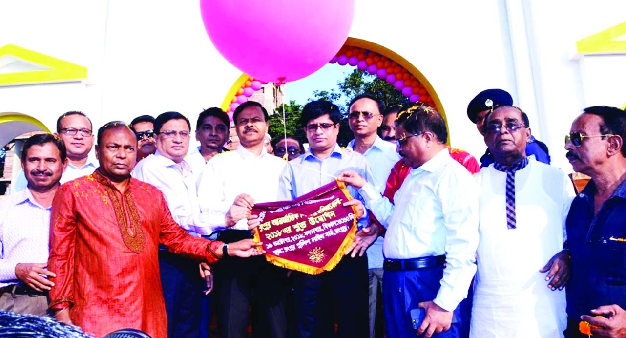 RANGPUR: Mohammad Jaynul Bari, Divisional Commissioner and Abdul Alim Mahmud,  Rangpur Metropolitan  Police Commissioner inaugurating  Rangpur International Industry and Trade Fair on Tuesday.