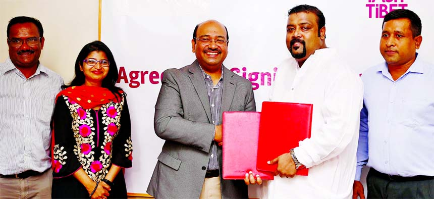 Sabbir Rahman Tanim, Managing Director of Tasty Tibet (a restaurant for Momo Food) and Asraf Bin Taj, Managing Director of International Distribution Company Bangladesh (IDC), exchanging a business expansion agreement at a hotel in the city recently. Senior officials from respective organizations were also present.