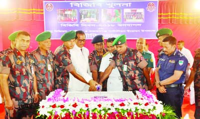 KHULNA: A cake cutting ceremony was arranged in observance of the BGB Day organised by BGB Khulna Unit on Sunday.