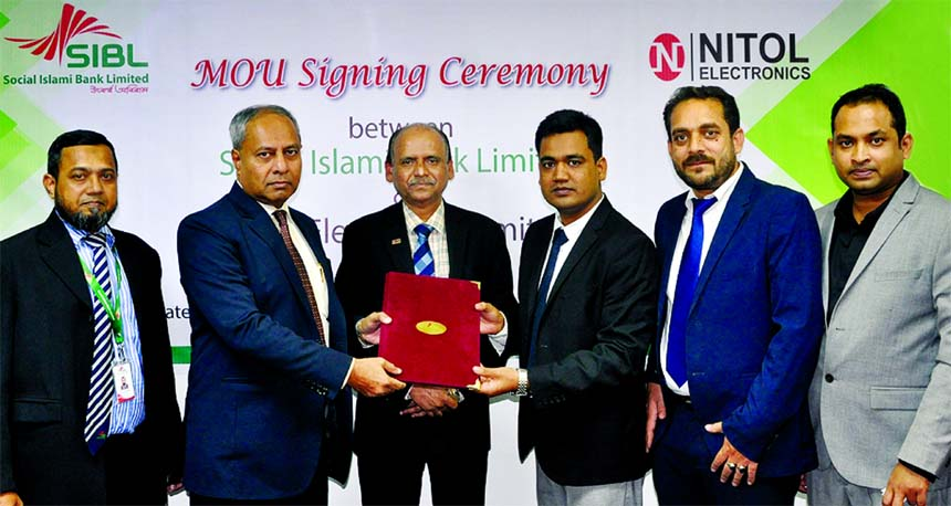 Md. Sirajul Hoque, DMD of Social Islami Bank Limited and Mazedul Islam, Head of Accounts of Nitol Marketing Company (Electronics) Limited, exchanging a MoU signing document at the Bank's head office in the city recently. Under the deal, the Islamic Credit Card holders of the Bank can enjoy profit-free instalment facility if they purchase products from the electronics company. . Senior officials from both the organizations were also present.