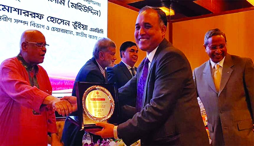 SM Formanul Islam, CEO of Bangladesh Infrastructure Finance Fund Limited (BIFFL), receiving the Best Tax Payer Tax Card in Non-Bank Financial Institution category for the 2017-18 from Finance Minister AMA Muhit, at a ceremony in the city recently.