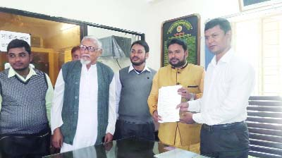NILPHAMARI : 20-party alliance MP aspirant  candidate and Jamaat leader Principal Azizul Islam collected nomination from Jaldhaka election Officer on Thursday.