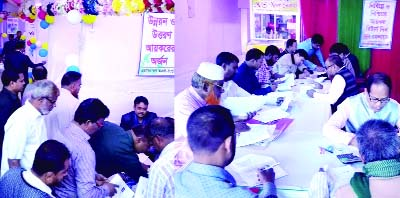 RANGPUR: A large number of taxpayers taking assistance from income tax officials to pay their income taxes in the week-long Income Tax Fair -2018 at Zila Parishad Coommunity Centre on Friday.