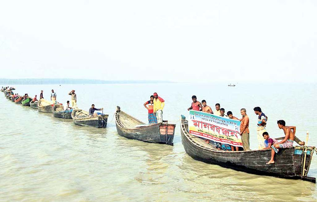 Some 1,500 fishermen formed a human chain on the Bay of Bengal estuary at Patharghata in  Barguna on Saturday demanding free fishing  nets.