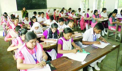 BARISHAL: Examinees at  the first day of the Primary School Certificate Examination at an examination center  in Barishal  City yesterday.