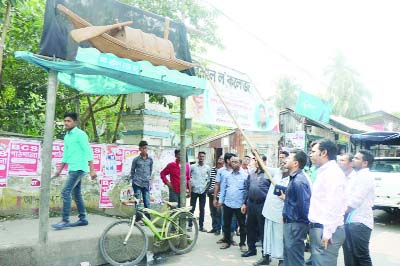 BARISHAL : District Administration in cooperation of Barishal City Corporation (BCC)   removing  election posters  from different areas of the city on Monday.