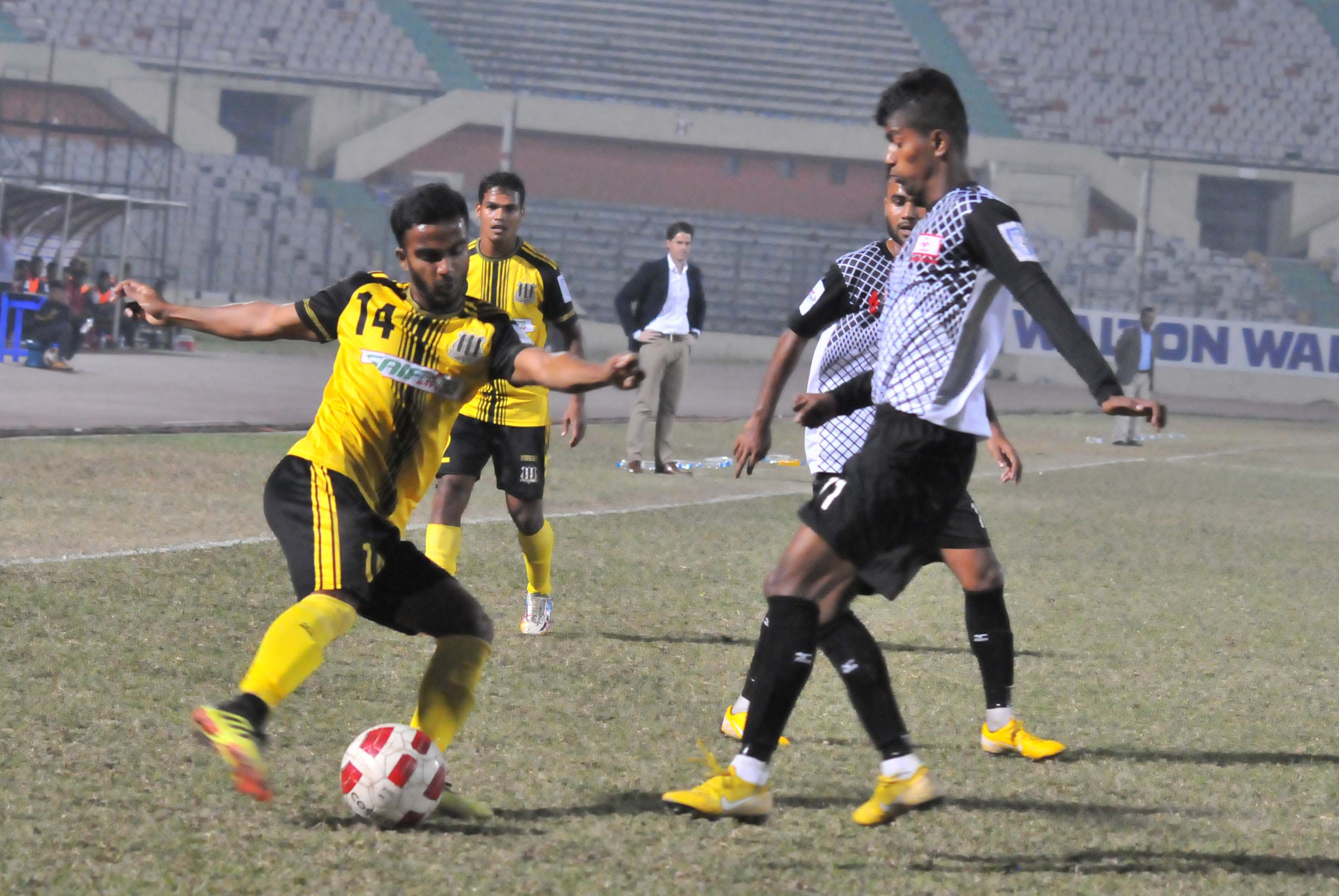 A moment of the football match of the Walton Independence Cup between Arambagh Krira Sangha and Saif Sporting Club at the Bangabandhu National Stadium on Friday. Arambagh won the match 3-1.