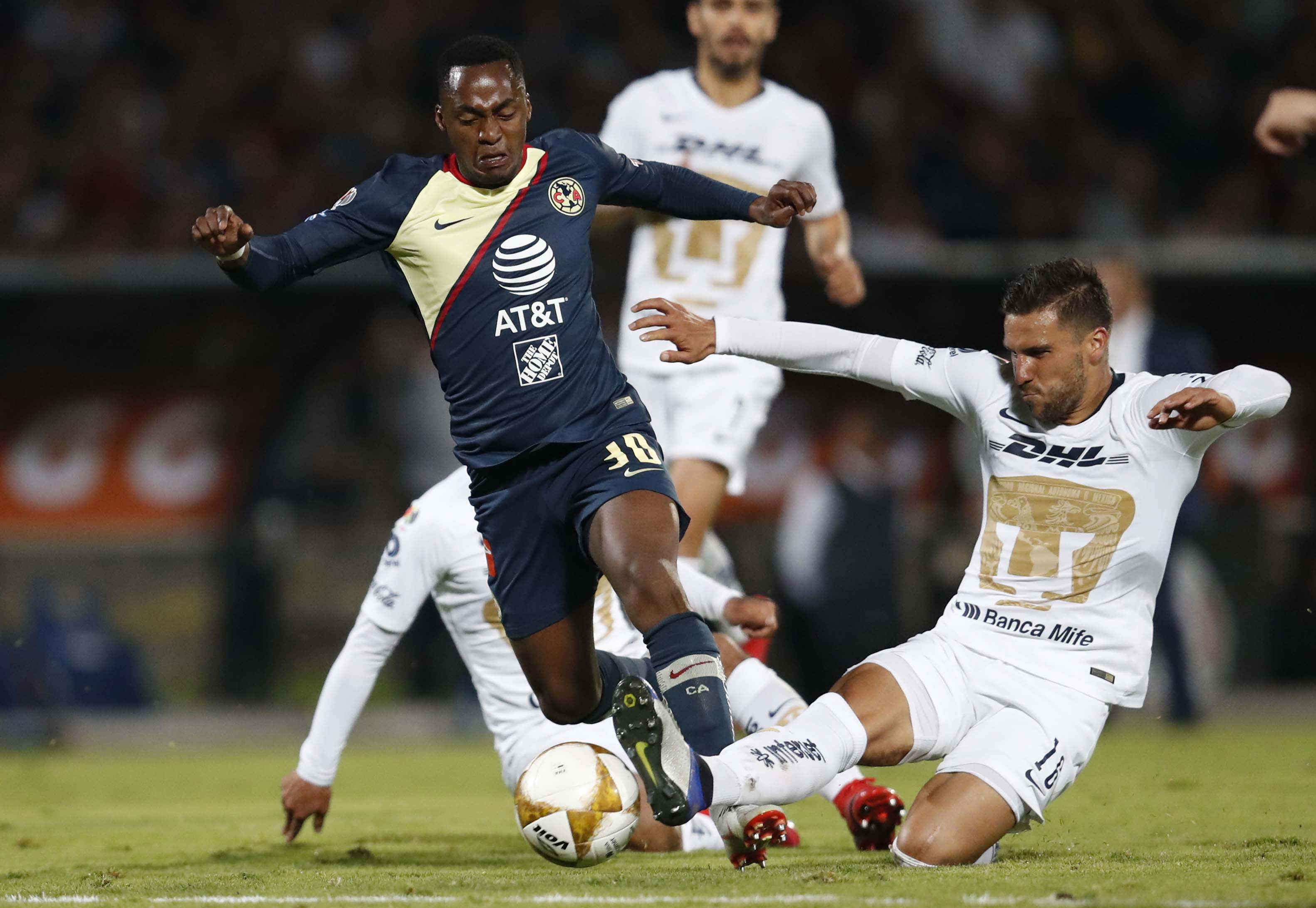 Pumas' Carlos Gutierrez (right) fights for the ball with America's Alex Ibarra during a Mexico soccer league first leg semifinals match in Mexico City on Thursday.