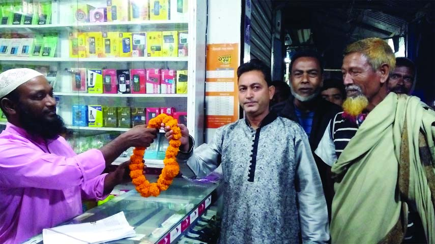 GOURIPUR (Mymensingh): Bangladesh Tarikat Federation (BTF) candidate  Pranesh Pondit from Mymensingh-3  talking to a shopkeeper during an election campaign at Kaltapara Bazar on Monday.