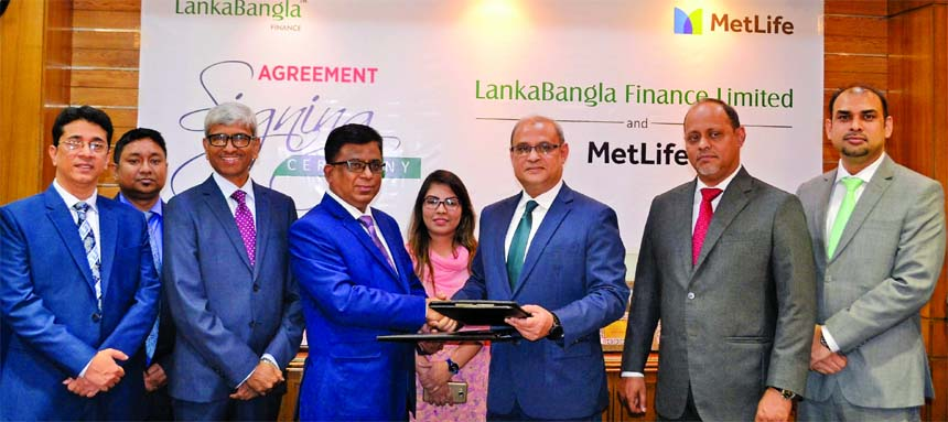In presence of Khwaja Shahriar, Managing Director, Dalawar Kawsar, Khurshed Alam, Head of Retail Finance of LankaBangla Limited and Md. Jafar Sadeque Chowdhury, Chief Distribution Officer of MetLife Bangladesh LankaBangla Finance Limited (LBFL), exchanging a MoU recently signing document at LBFL head office in the city recently. Under the deal, LBF customers will get insurance coverage against their personal loan. Senior officials from both the organizations were also present.