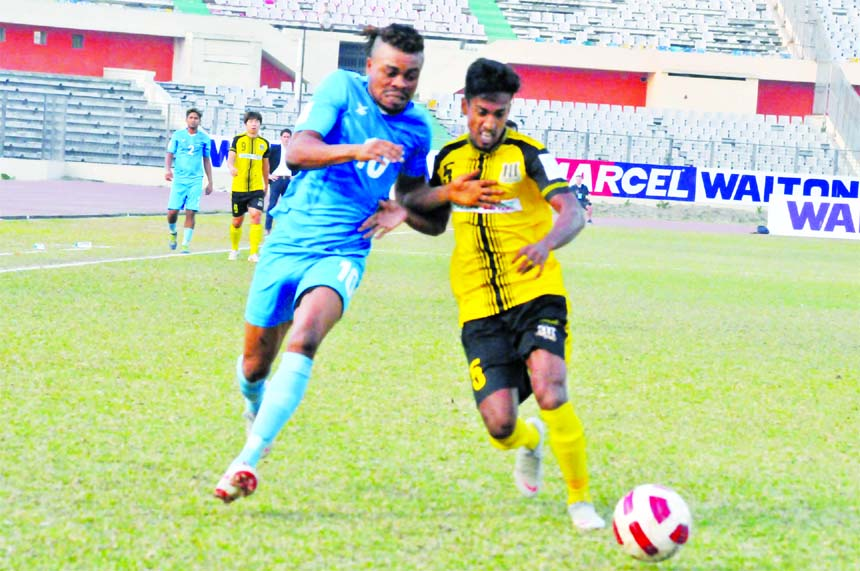 An action from the quarter-final match of the Walton Independence Cup Football between Saif Sporting Club and Dhaka Abahani Limited at the Bangabandhu National Stadium on Thursday. Saif Sporting Club won the match 2-0.