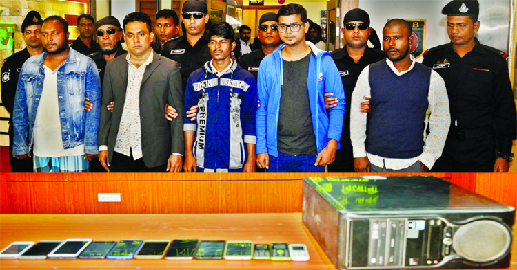 5 detained for committing fraud using 'PM's name'