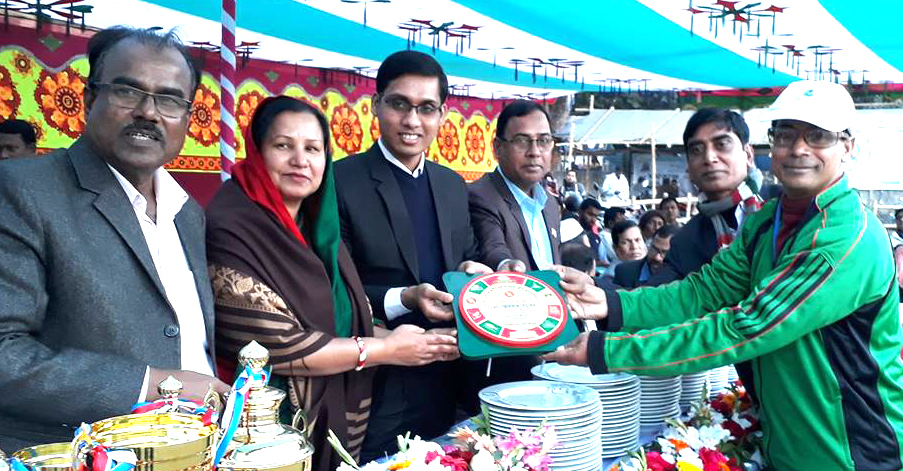 Former national athlete and President of Manikganj District Physical Educationists' Association Md Altaf Hossain (right)          receiving the crest of honour from Anwara Khatun, Woman Vice-Chairman of Singair upazila, at Singair Government High School Ground in Singair upazila, Manikganj district recently. Assistant Commissioner (Land) of Singair upazila Hamidur     Rahman and Head Master of Singair Government High School Md Akram Hossain were present, among others.