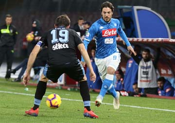 Napoli beat Lazio to keep sight of Juventus