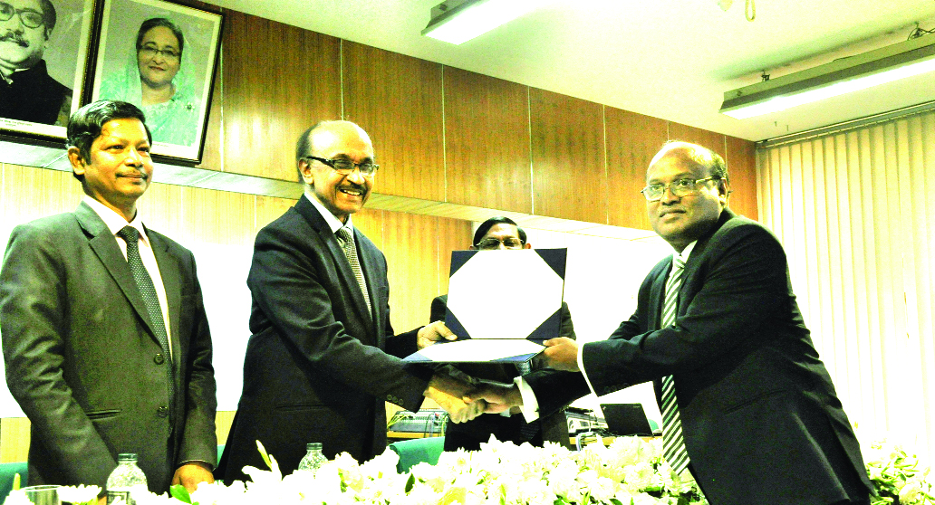 Dr. Mahmud Osman Imam, Audit Committee Chairman of Mercantile Bank Limited, receiving ICRR Guidelines Certificate of Appreciation from Fazle Kabir, Bangladesh Bank (BB) Governor at Bangladesh Institute of Bank Management auditorium (BIBM) in the city recently. Ahmed Jamal, Deputy Governor of BB, Ashadul Islam, Secretary of Financial Institution Division of Ministry of Finance, Abdur Rahim, DG of BIBM and CEO's of different banks were also present.