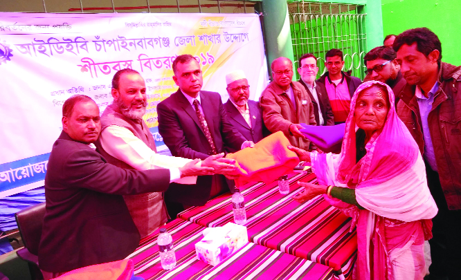 CHAPAINAWABGANJ: A ZM Nurul Haque, DC,  Chapainawabganj distributing  blankets as  Chief Guest  among poor people organised by Institution of Diploma Engineers, Bangladesh (IDEB), Chapainawabganj Branch at Sadharon Pathagar premises yesterday noon.