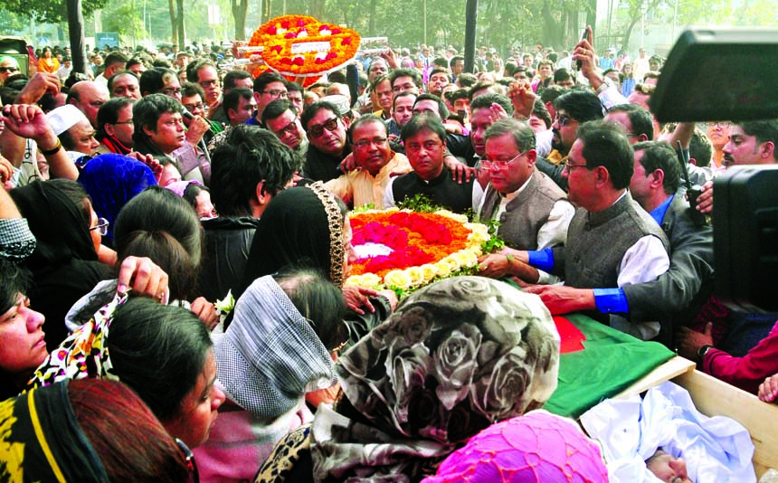 People from all walks of life paid last respect to noted musician and freedom fighter Ahmed Imtiaz Bulbul by giving floral wreaths on his coffin at the Central Shaheed Minar in the city on Wednesday.