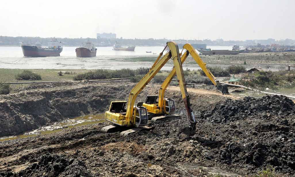 Dredging of Karnaphuli River  from New Bridge area has started yesterday to increase the navigability of the River .