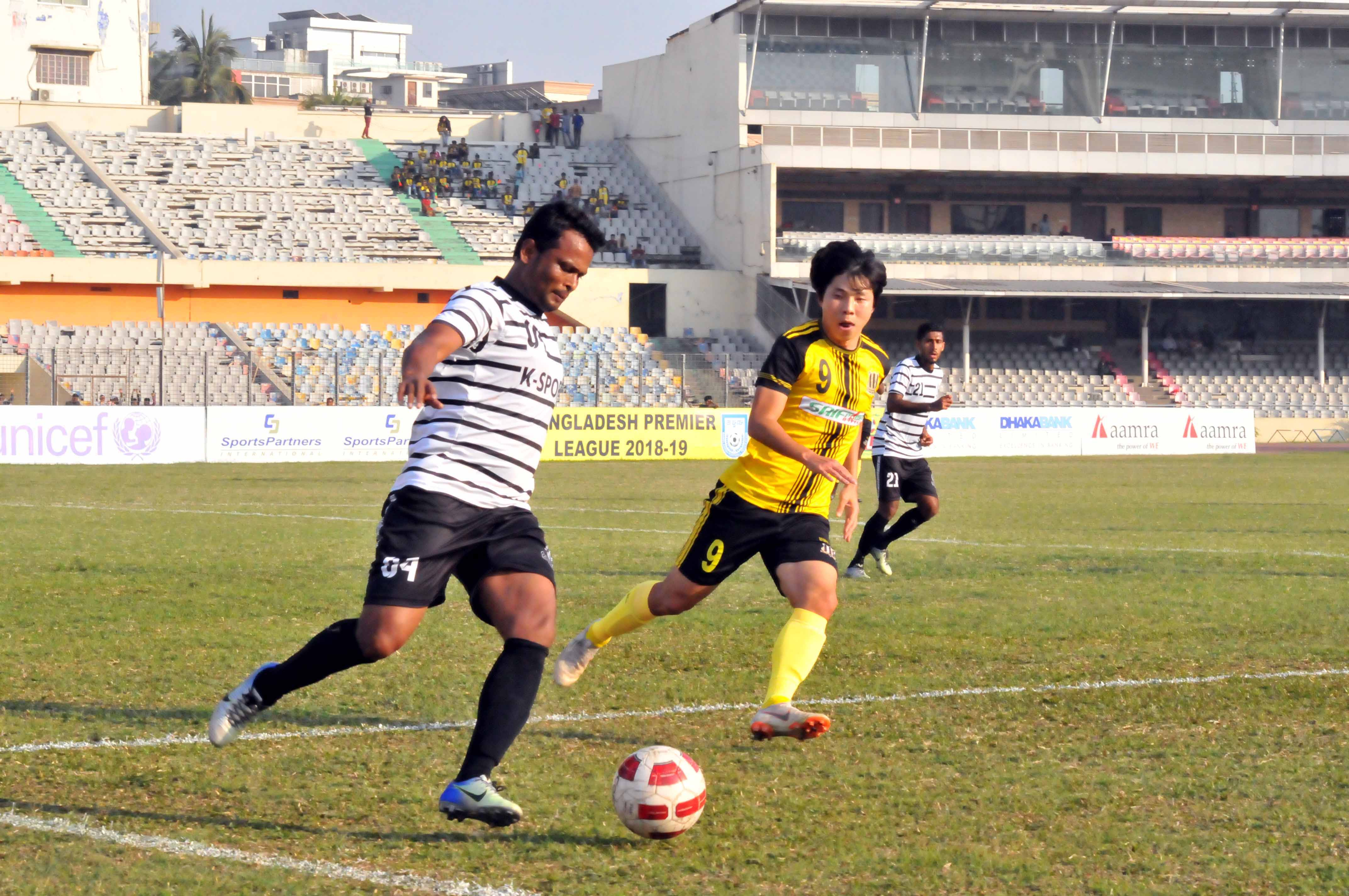 A moment of the football match of the Bangladesh Premier League between Saif Sporting Club and Dhaka         Mohammedan Sporting Club Limited at the Bangabandhu National Stadium on Wednesday. Saif Sporting Club won the match 2-1.