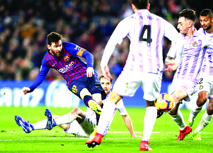 Messi misses 1 penalty, makes another in Barcelona win