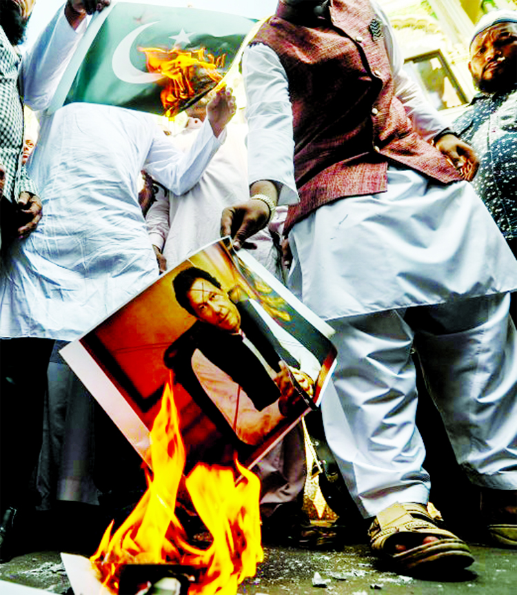 Indian cricket fans set afire Imran's portraits