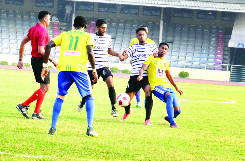 An action from the football match of the Bangladesh Premier League between Sheikh Jamal Dhanmondi Club Limited and Dhaka                     Mohammedan Sporting Club Limited at the Bangabandhu National Stadium on Friday. The match ended in a 1-1 draw.