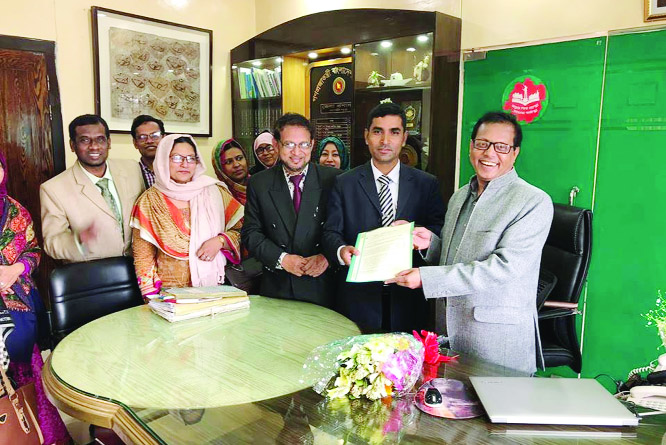 GAZIPUR : Gazipur  Unit of PTI Officers' Association handing over  memorandum to  Prime Minister through  DC, Gazipur  to press home their two-point  demand recently.