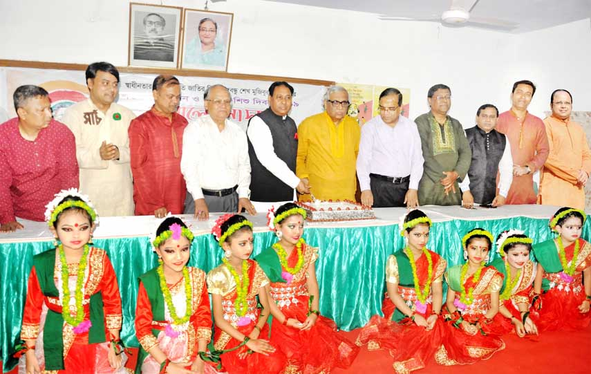 Prof Dr Anupon Sen with other guests cutting cake of Bangabandhu's 100th birthday  at a children's gathering arranged by Bangabandhu Satobarshiki Udjapon Committee, Chattogarm District Unit on Sunday.
