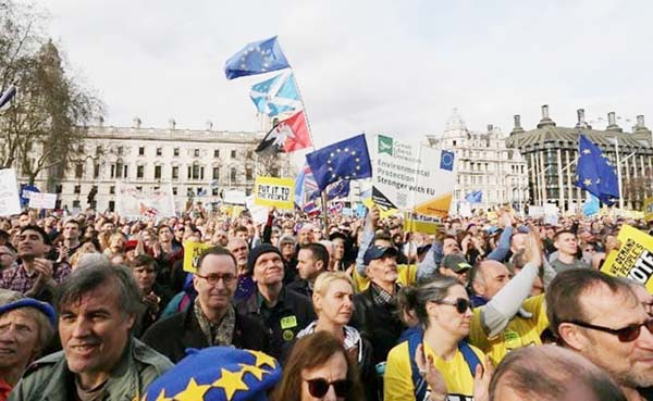 Hundreds of thousands protest in London to demand new Brexit vote