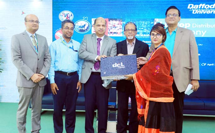 DIU distributes free laptops