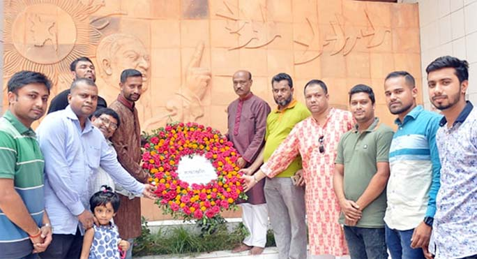Leaders of  Tanti League, Chattogram City Unit placing wreath at the mural of Bangabandhu  at Chatogarm Press Club marking the Mujibnagar Day on Wednesday.