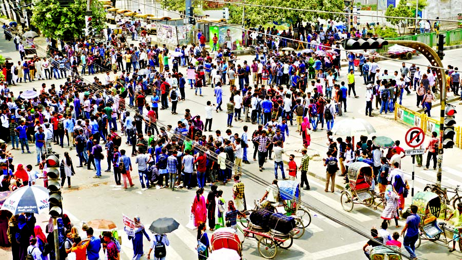 Students of 7 Colleges affiliated with Dhaka University blocked the busy Nilkhet and New Market roads on Tuesday to press home their 5-point demands including separate administrative building.